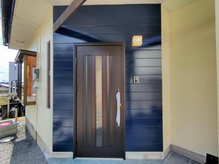 玄関 【リフォーム済】玄関は玄関扉を交換しました。カラーモニター付きインターホン設置、照明交換、外壁塗装を行いました。明るい玄関に生まれ変わりましたね。