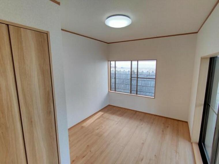 【リフォーム済】南東側の洋室です。和室から洋室へ変更し、天井・壁クロス張替、照明交換を行いました。二面彩光なので、明るい空間ですね。