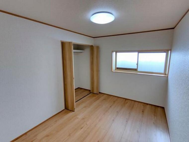 【リフォーム済】北東側の洋室写真です。フローリング重ね張り、クロス張替、照明交換を行いました。各部屋エアコンのコンセントとTVジャックのコンセントを設置しています。