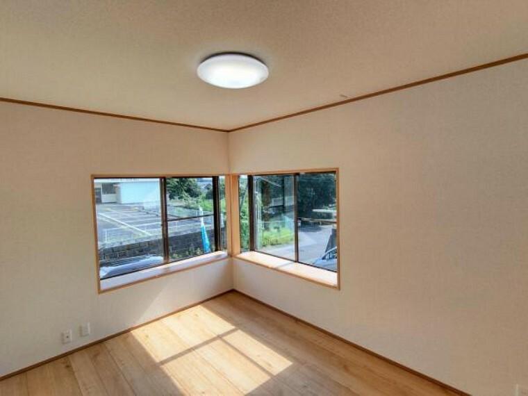 【リフォーム済】南西側の洋室写真。出窓にはフローリングを上張りしました。お手入れを簡単にすることができます。