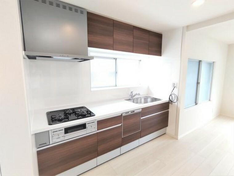 キッチン 【リフォーム済】キッチンはハウステック製の新品に交換。引出が7つの嬉しい収納タイプ。天板は傷にも強い人工大理石仕様なので、毎日のお手入れが簡単です。