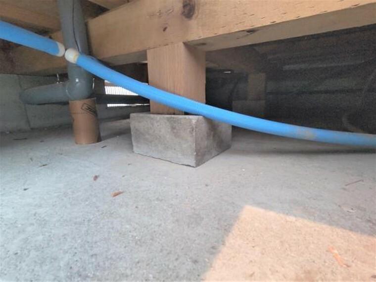 構造・工法・仕様 【リフォーム済】中古住宅の3大リスクである、雨漏り、主要構造部分の欠陥や腐食、給排水管の漏水や故障を2年間保証します。その前提で床下まで確認の上でリフォームし、シロアリの被害調査と防除工事も行いました。