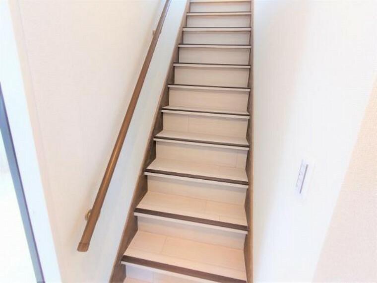 【リフォーム済】階段はクッションフロアの重張、クロス張替、照明交換等を行いました。手すりも交換したのでお子様からお年寄りの方まで安心して上り下りができます。