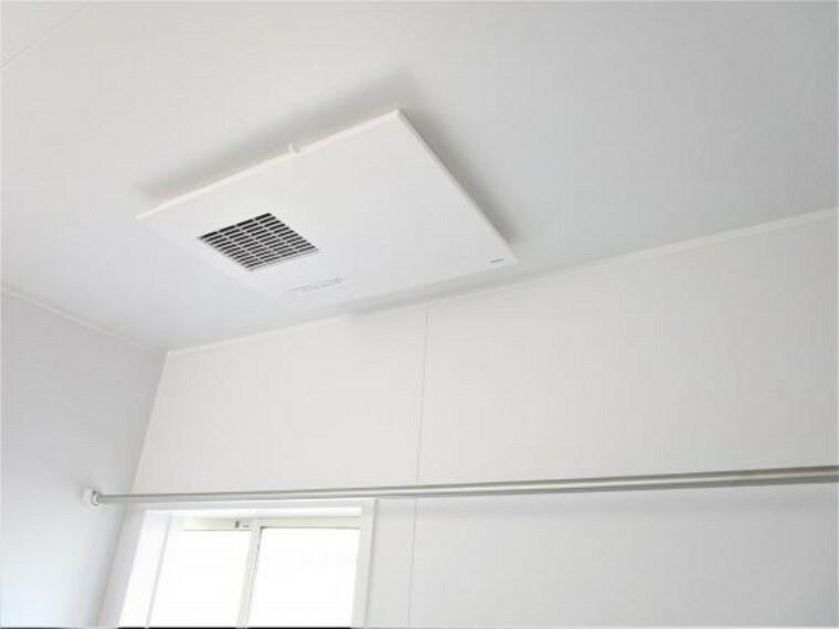 浴室 【同仕様写真】ユニットバスは浴室乾燥機能付に交換しました。湿気をすみずみまで除去、結露やカビの発生を抑えます。雨の日のお洗濯にも便利ですね。