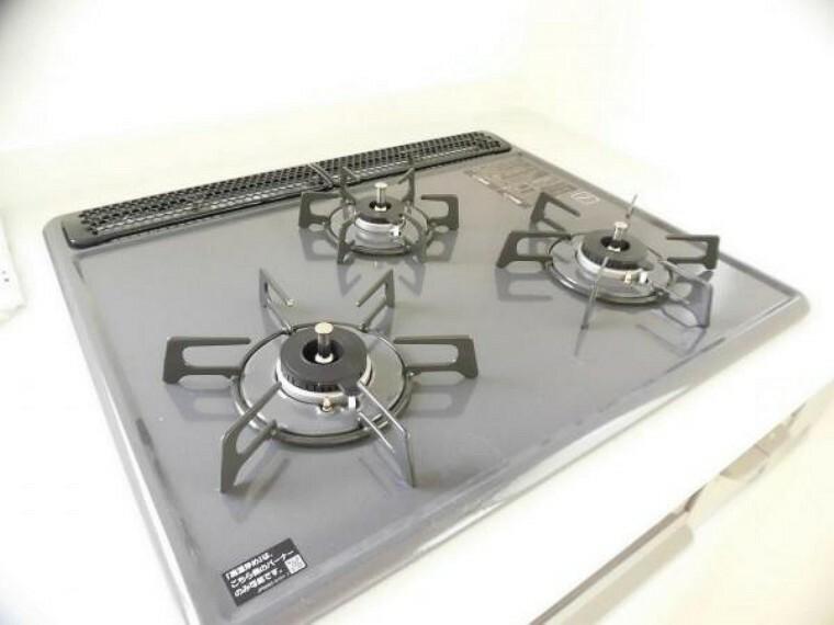 キッチン 【同仕様写真】新品交換済のキッチンは3口コンロで同時調理が可能。大きなお鍋を置いても困らない広さです。お手入れ簡単なコンロなのでうっかり吹きこぼしてもお掃除ラクラクです。
