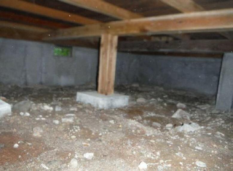中古住宅の3大リスクである、雨漏り、主要構造部分に欠陥や腐食、給排水管の漏水や故障を2年間保証します。その前提で床下まで確認の上リフォームし、シロアリの被害調査と防除工事も行います。