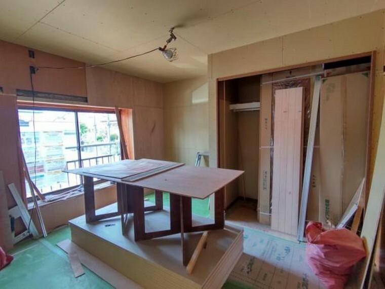 居間・リビング 【リフォーム中9/13撮影】1階の和室を洋室にリフォームします。床はフローリングを張替え、壁・天井はクロスを張替えます。押入もクローゼットに変更するので、収納にも困らず1人部屋として十分ご利用いただけます。