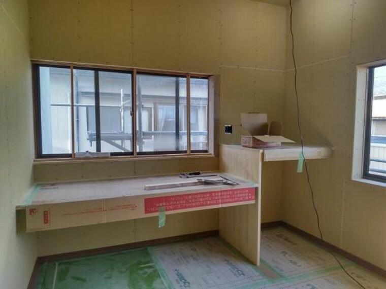 寝室 【リフォーム中10/9撮影】2階のサービスルームの写真です。フローリング張替をし、壁・天井にクロスを張って洋風な仕上がりになります。また在宅ワークができるようなデスクも造作しました。