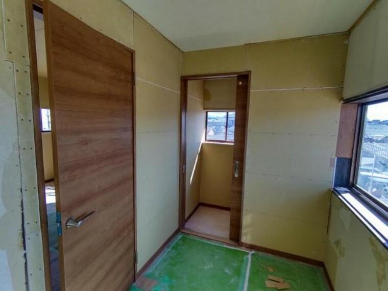 浴室 【リフォーム中10/7撮影】2階の廊下の写真です。洋室のドアやトイレのドアを新品に交換しています。