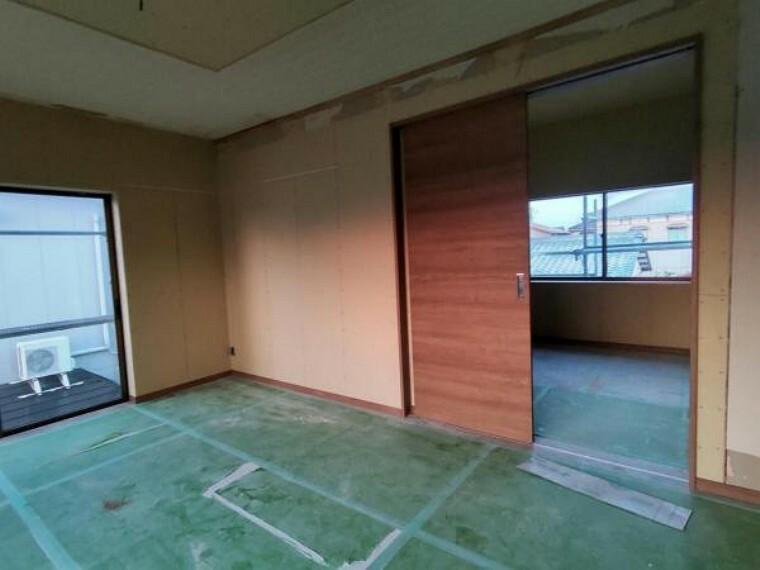 寝室 【リフォーム中10/9撮影】現在の2階洋室10帖の様子です。フローリング重ね張り、照明交換、クロス交換等行います。寝室などにいかがでしょうか。