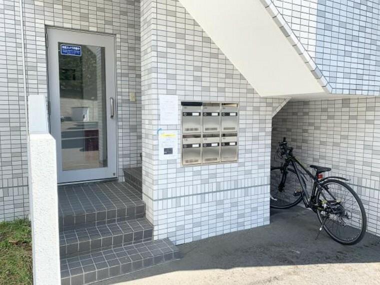 玄関 【建物入口】入口は敷地内に入りすぐの入口です。ドアを開けたらすぐに玄関なので便利です。