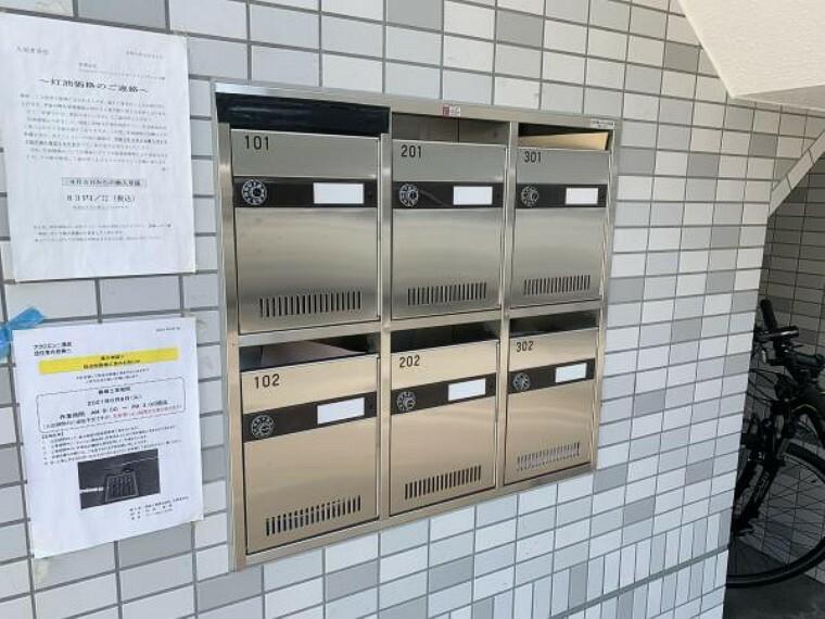 【郵便受け】入口の手前に郵便受けがあります。管理も行き届いでおり、いつもきれいです。