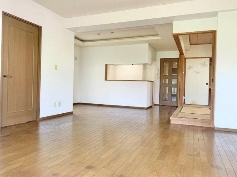 居間・リビング リフォーム中【リビング】約16帖のLDKの床は明るい色のフローリングに張替を行います。大きな窓があるので、明るく過ごしやすい空間になっています。