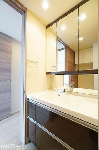 洗面化粧台 大きな鏡と洗面台が付いた洗面化粧台は収納も豊富!買い置きした日用品などまとめて収納する事が出来ます!