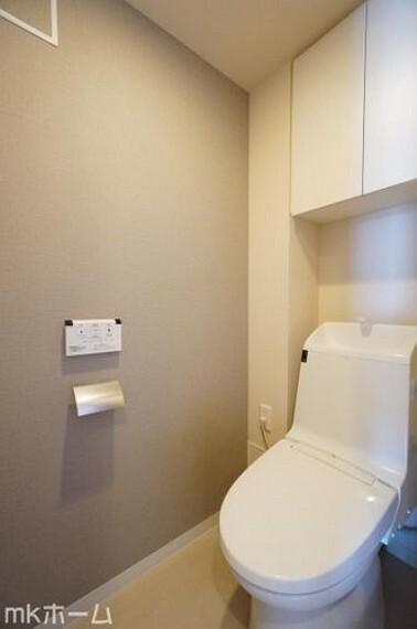 トイレ 温水洗浄便座付きのトイレです!設置された小物入れはトイレットペーパーやお掃除用具の収納にも便利!
