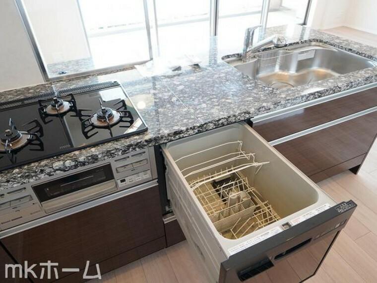 ダイニングキッチン 食洗機付きのシステムキッチンは収納も豊富!散らかりがちなキッチンも大容量の収納でスッキリ片付きます!