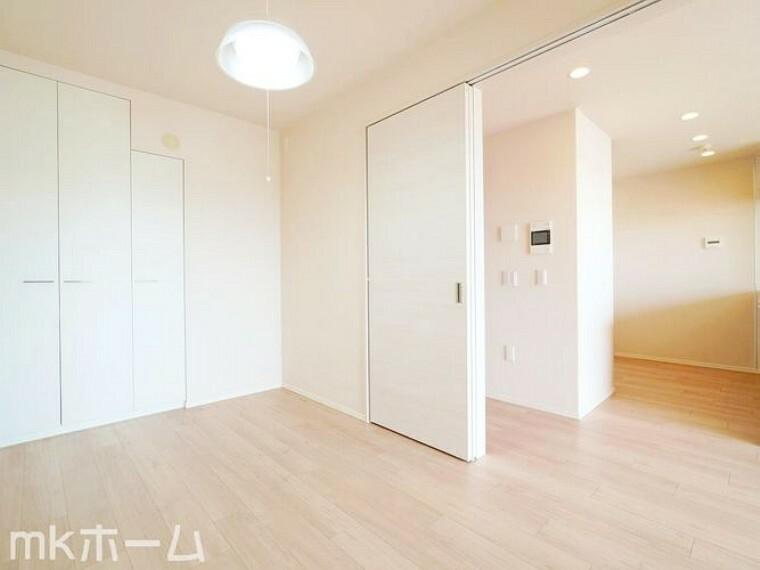 洋室 リビング横の洋室はフレキシブル使えます!大きなリビングとして、またプライベート空間としても対応可能!