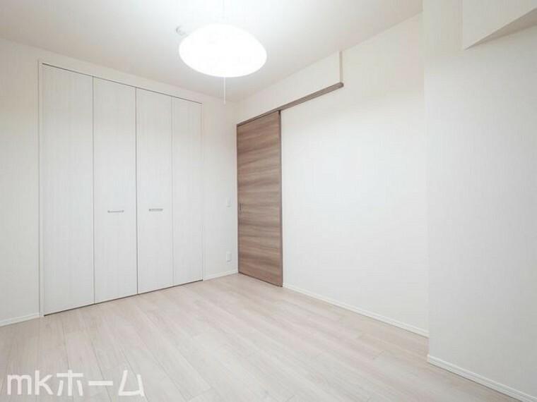 寝室 清潔感あふれる白い壁紙と木目のフローリングはクールでおしゃれな雰囲気を演出しします!