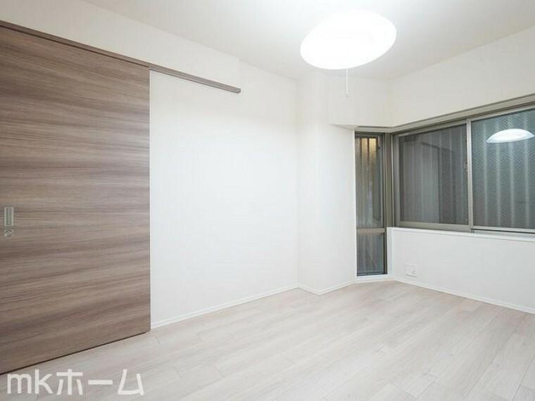 子供部屋 白で統一された洋室は多彩なインテリアにマッチします!収納も豊富に用意されており生活しやすい空間です!