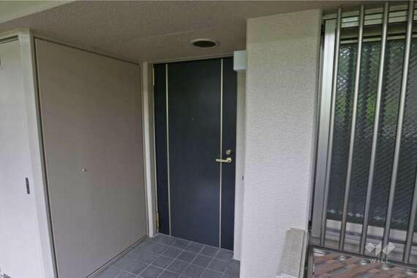玄関 物件の玄関。TVモニター付のインターホンを完備しているため、来客時も安心して対応することができます。