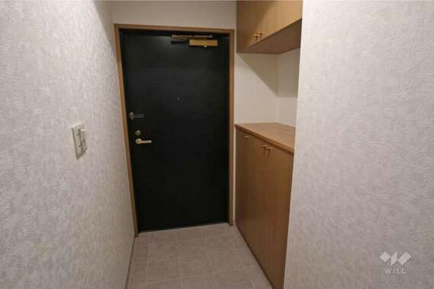 玄関 玄関。シューズボックス付きなので玄関が散らかる心配が少ないです。また、棚はカギを置いたり時計を置いたりと自由にお使いいただけます。