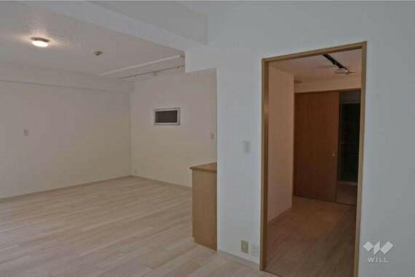 居間・リビング LDK。キッチンまで空間が一体となったつくりで、ご家族の様子を見ながら家事ができます。奥は洗面台になっており家事導線がスムーズです。
