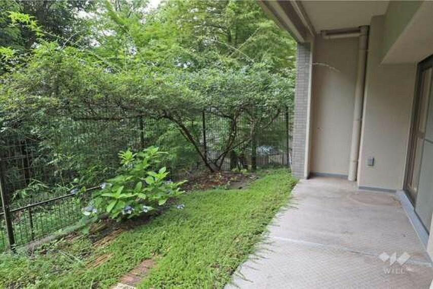 庭 庭。1階の特権である専用庭は、お子様が遊ぶための空間にするも、家庭菜園を楽しむスペースにするも、自由自在です。