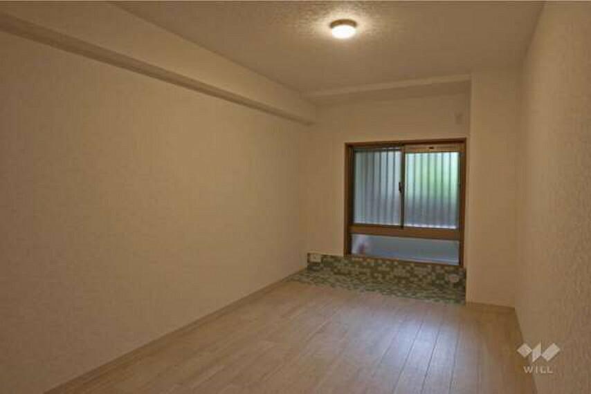 西側洋室約7.4帖(東側から)。大きなサイズのベッドを置いても窮屈でないだけの十分な広さがあります。