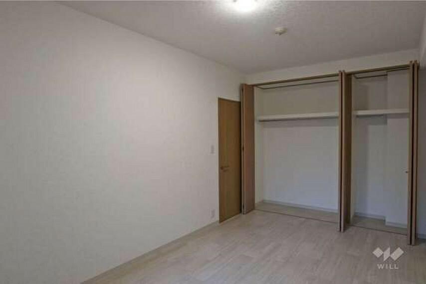 西側洋室約7.4帖(西側から)。ウォークインクローゼットが付いているので、お洋服が多い方でも安心です!