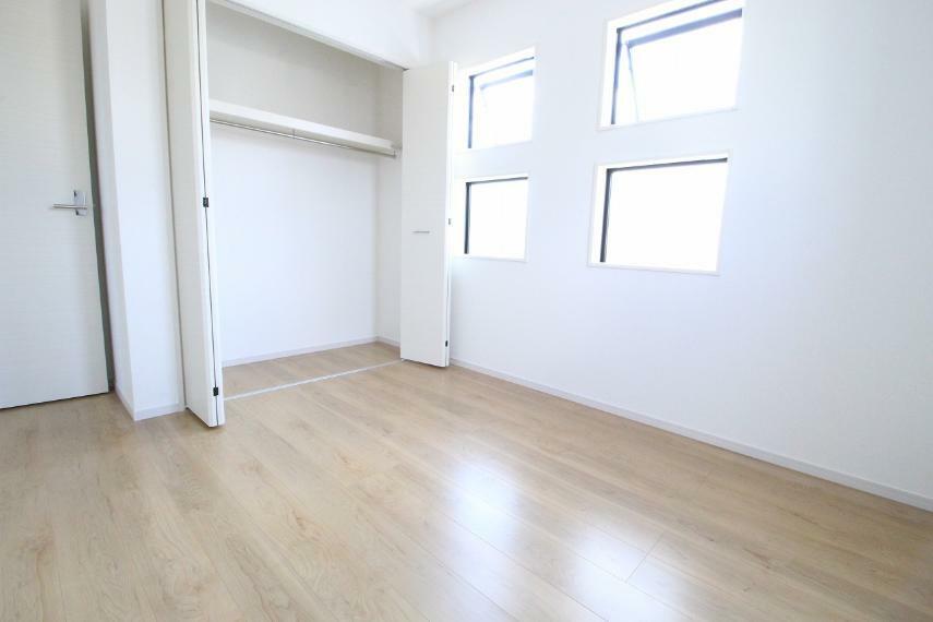 寝室 2階東側洋室、5.2帖です!白が基調で清潔感あります!