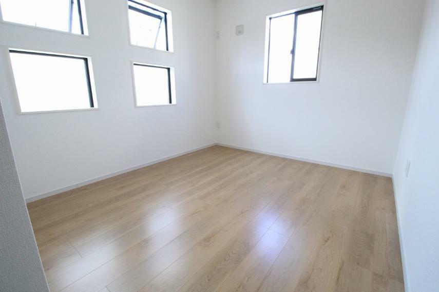 洋室 2階北側洋室です、窓が多く明るい作りになっています