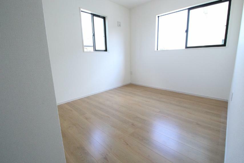 子供部屋 2階東側洋室です、窓が2面にあり明るいお部屋です