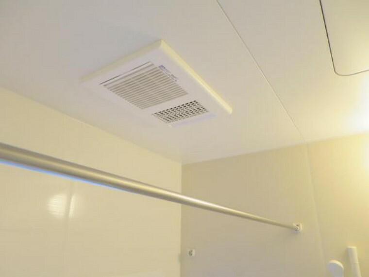 【同仕様写真】新品交換予定のユニットバスは浴室乾燥機能付きです。湿気をすみずみまで除去、結露やカビの発生を抑えます。雨の日のお洗濯にも便利ですね。