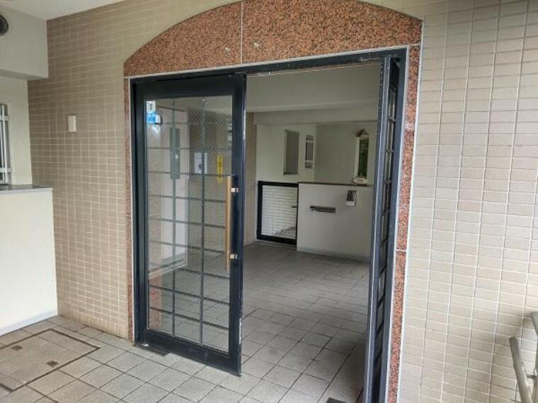 エントランスホール 【エントランス】エントランスホールは管理人さんによって清掃が行き届いています。左手にはエレベーターがあり、荷物が多い日でもすぐに乗ることができますよ。