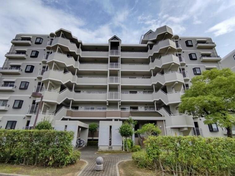 外観写真 【外観】外観写真です。総戸数は310戸の大規模マンションとなります。地上6階建のマンションで当物件は3階のお部屋です。