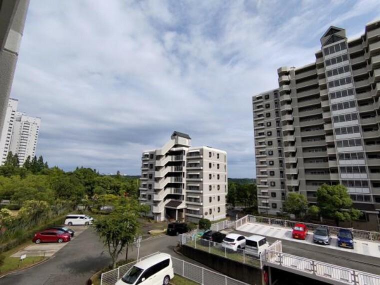 眺望 【眺望】バルコニーからの眺望の写真です。マンションが周りにありながらも前面が開けているので見通しも、風通しも良くなっています。