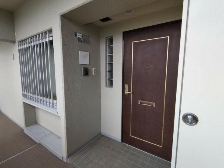 玄関 【玄関】玄関ドアは鍵の交換を行います。新しい鍵だと安心ですし、気持ちよく新生活が迎えられますね。