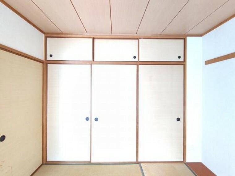 収納 【現在リフォーム中】6畳和室の押入の写真です。襖の張替を行います。布団や洋服を収納するのに活躍しそうですね。