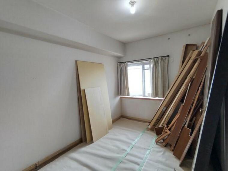 洋室 【現在リフォーム中】南側洋室約5.5帖の写真です。壁・天井クロス張替え、床材張替え、照明器具交換を致します。収納スペースもあるので、お部屋がスッキリと空間になりますね。また趣味のお部屋として使うのに程よい広さとなっています。