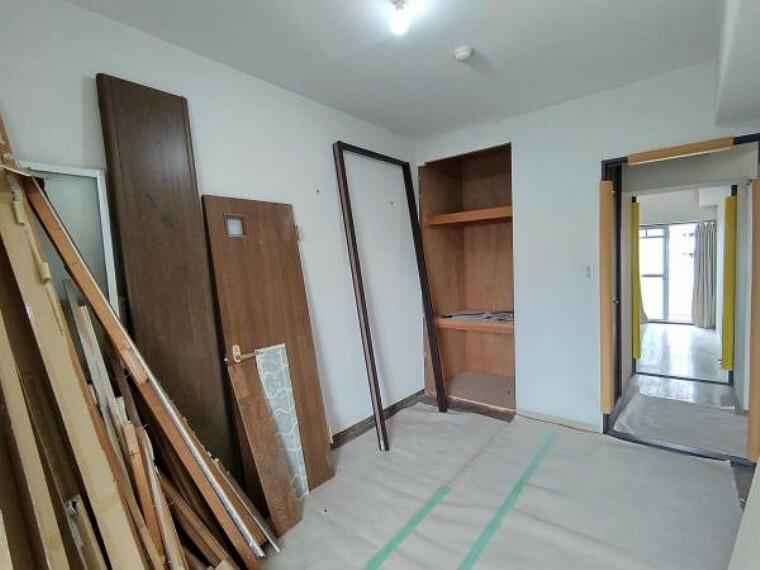 洋室 【現在リフォーム中】北側洋室約5.5帖の写真です。壁・天井クロス張替え、床材張替え、照明器具交換を致します。収納スペースもありますので、主寝室や子ども部屋にいかがでしょうか。