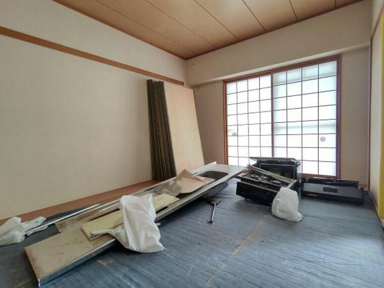 和室 【現在リフォーム中】リビング横6畳、和室の写真です。壁のクロス張り替えと、畳の表替えを行います。 床がフローリングに比べてやわらかいので小さなお子様の遊び部屋にも使用できます。