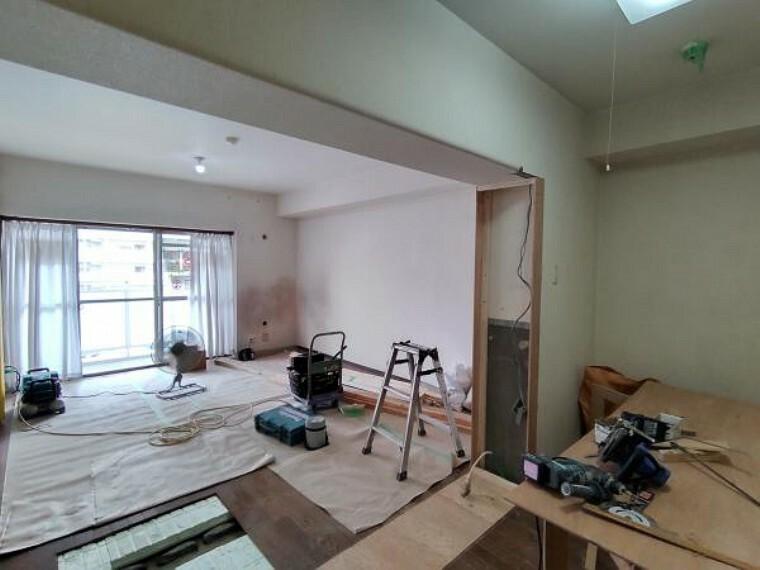 居間・リビング 【現在リフォーム中】リビングの別角度です。大きな窓があるので、明るく過ごしやすい空間になっています。床材やクロスの張替を行います。カウンターがあるのも魅力ですね。