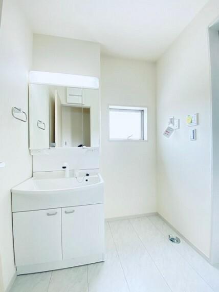 洗髪洗面化粧台。三面鏡の裏側にアイテムを収納できます!