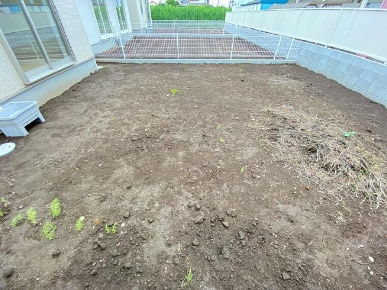 庭 植栽で彩り豊かに。人工芝を敷けば、お手入れも楽ですね