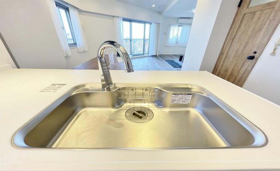 キッチン ステンレス製シンクは奥行きがありますので、食器洗いが楽々。
