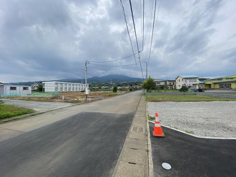 外観・現況 前面道路 広々7.3m 車通りも少なく、閑静な住宅街でのびのび新生活。