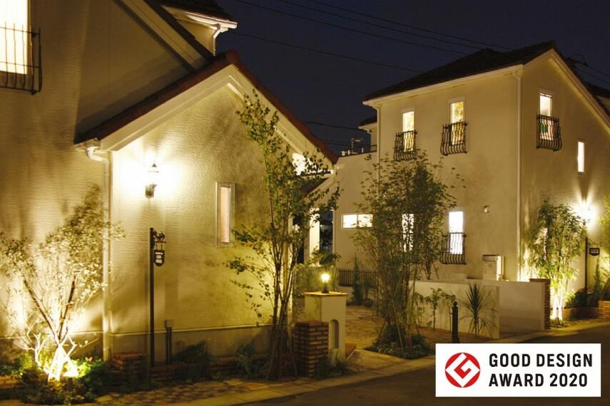 現況外観写真 【灯りのいえなみ協定(R)】  ここに住まう人と近隣住民の夜間の安心感と美しい景観に配慮して、街全体で常夜灯を自動点灯させる取り組みを行っています。