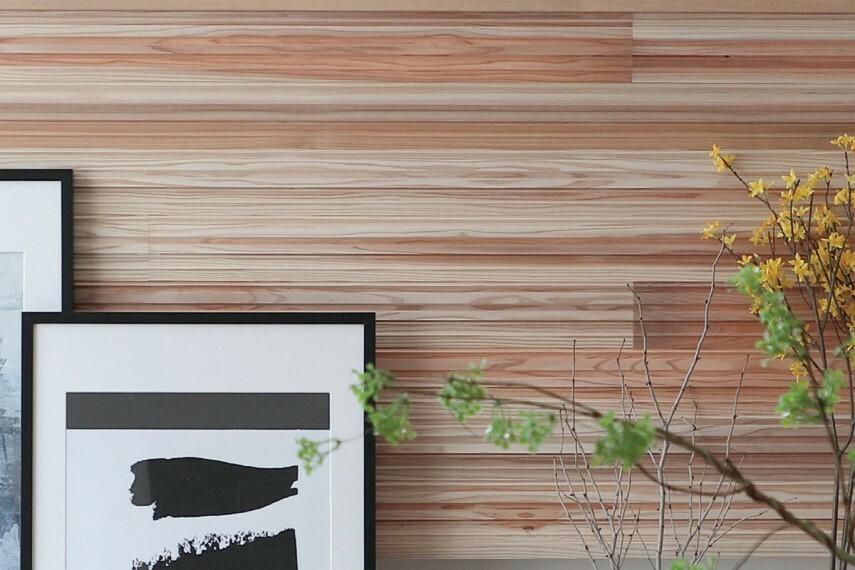 居間・リビング 【 SUGINOKA 「スギノカ」】  呼吸を続ける杉板の壁。国産杉材の中でもリラックス効果のある香り成分の多い部材を使用し、低温乾燥と表面加工によってその香りや木目の意匠性、調湿性能などを引き出した杉板パネルです。