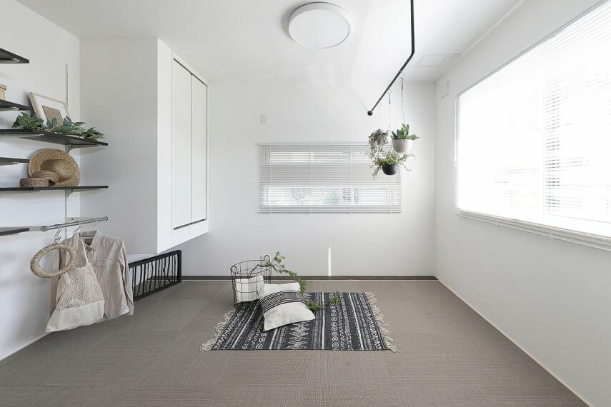 【マルチルーム】  マルチシェルフとハンギングレールを備えた、リビング隣接の+α空間。家事や仕事、お昼寝など、その名の通りマルチに使えるスペースです。※号棟により採用状況が異なります。