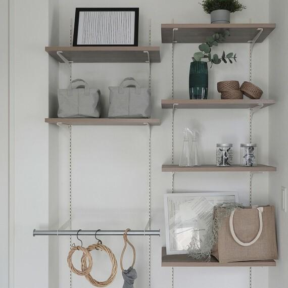 収納 【マルチシェルフ】  可動式のハンガーパイプが付き、棚の高さが自由に調節できます。棚にお子様の作品やお気に入りのインテリアを飾ったり、ハンガーパイプに洋服や小物を掛けて使用することもできます。